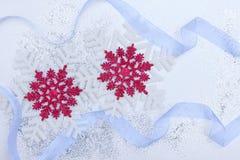 圣诞节设置与雪花和银色丝带 免版税图库摄影