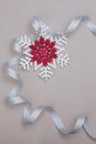 圣诞节设置与雪花和银色丝带 免版税库存照片