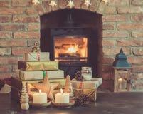 圣诞节设置,灯笼,装饰了壁炉,毛皮树 免版税库存图片