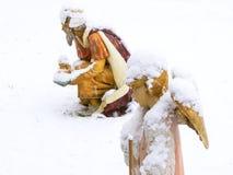 圣诞节诞生场面,与羊羔的天使在雪 库存图片