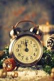 圣诞节读秒对新年 时钟和球和冷杉spr 库存图片