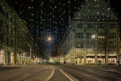 圣诞节购物在五颜六色装饰的苏黎世Bahnhofstr 图库摄影