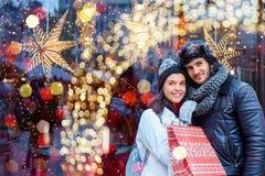 圣诞节购物在城市 库存图片