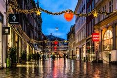 圣诞节购物街道在晚上在哥本哈根 图库摄影