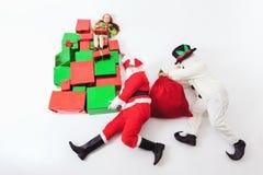 圣诞节购物,圣诞老人和雪人赛跑,藏品许多礼物盒 库存照片