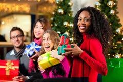 圣诞节购物-购物中心的朋友 免版税库存照片