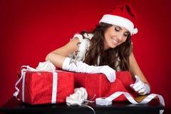 圣诞节辅助工存在圣诞老人性感包裹 库存图片
