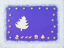 圣诞节辅助部件和鹿框架在蓝色木背景 顶视图 库存图片
