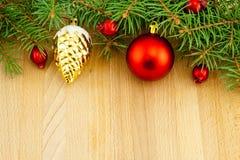 圣诞节边界用红色莓果和玩具 免版税库存图片