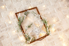 圣诞节金发光的装饰 与星的新年框架 免版税库存照片