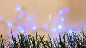 圣诞节金子和绿色闪亮金属片装饰与雪落 影视素材