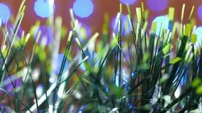 圣诞节金子和绿色闪亮金属片装饰与雪落 股票视频