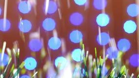 圣诞节金子和绿色闪亮金属片装饰与雪落 股票录像