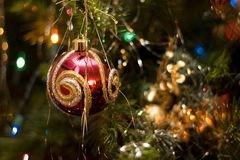 圣诞节金装饰品红色 图库摄影