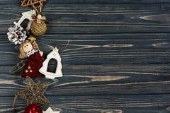 圣诞节金黄和简单的时髦的玩具 在bla的装饰品边界 库存照片
