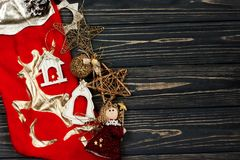 圣诞节金黄时髦的玩具 在黑土气w的装饰品边界 库存照片