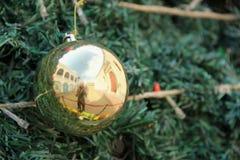 圣诞节金黄装饰品 免版税图库摄影