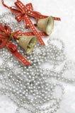 圣诞节铃声和红色丝带 库存照片