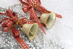 圣诞节铃声和水平红色的丝带 库存图片