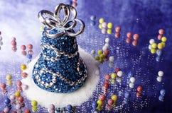 圣诞节铃声随风飘飞的雪和小糖果 库存照片