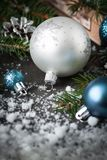 圣诞节银色中看不中用的物品杉木锥体杉树和装饰 库存图片