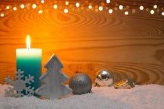 圣诞节银色装饰和出现蜡烛 袋子看板卡圣诞节霜klaus ・圣诞老人天空 免版税库存照片