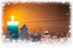 圣诞节银色装饰和出现蜡烛 袋子看板卡圣诞节霜klaus ・圣诞老人天空 库存照片