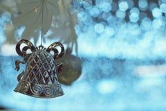 圣诞节银铃在人为白色树的球装饰品 免版税库存图片