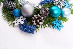 圣诞节银,蓝色,在白色背景的绿松石中看不中用的物品 免版税库存照片