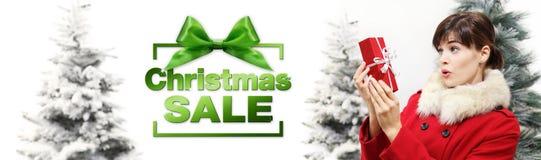 圣诞节销售有礼物盒的横幅妇女在白色背景wi 免版税图库摄影