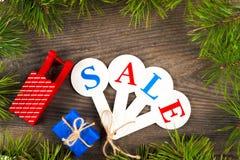 圣诞节销售购物 充分红色雪撬礼物盒 库存图片