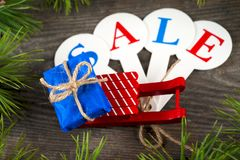 圣诞节销售购物 充分红色雪撬礼物盒 库存照片