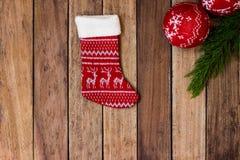 圣诞节长袜和圣诞节球在木背景 图库摄影