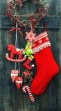 圣诞节长袜和手工制造玩具垂悬 免版税库存照片