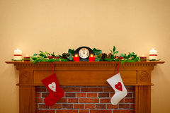 圣诞节长袜和诗歌选在壁炉架 库存图片
