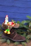 圣诞节长袜用巧克力尼古拉斯或圣诞老人,苹果和n 免版税图库摄影