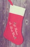 圣诞节长袜的葡萄酒图象在木背景的 库存图片