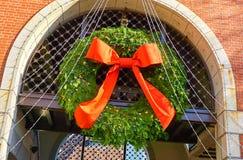圣诞节门与一把大红色弓的花圈装饰 库存图片