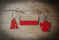 圣诞节问候附有在木背景的一条绳索 免版税库存图片