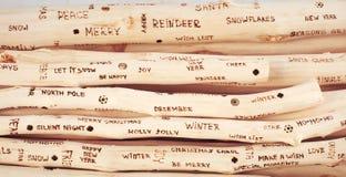 圣诞节问候题字背景在漂流木头烧了 免版税库存图片
