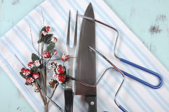 圣诞节雕刻器物的烘烤火鸡设置了与莓果装饰 免版税库存图片