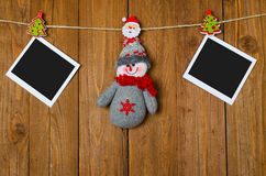 圣诞节雪人和一个空的框架的您的垂悬在a的文本 库存图片