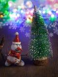 圣诞节雪人和圣诞树与装饰反对 免版税库存图片