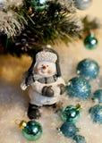圣诞节雪人在树下 图库摄影