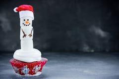 圣诞节雪人杯形蛋糕 免版税库存照片