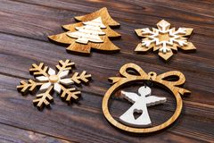圣诞节雪花、圣诞树和天使在一个框架在木背景 新年木装饰 免版税图库摄影