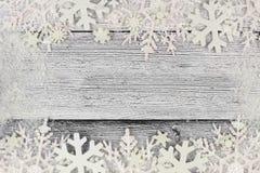 圣诞节雪花与雪框架的双边界在白色木头 库存图片