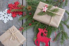 圣诞节静物画手工制造枝杈,礼物,驯鹿,雪花,玩具 免版税库存照片