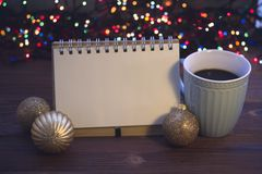 圣诞节静物画用咖啡、玩具和笔记本 免版税库存照片