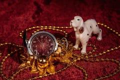圣诞节静物画金属怀表和狗 免版税库存照片